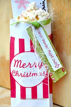 Cute Christmas gift idea.  Make the bag and the popcorn.