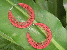 Free pattern on link below: .......http://thethreadstory.wordpress.com/2012/09/13/pattern-time-crochet-hoop-earrings-pattern/