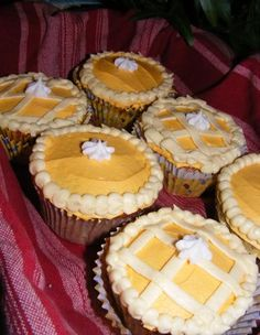 pumpkin pie cupcakes.  yummmm