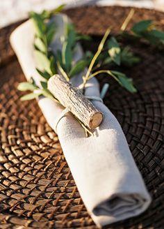 Serviette mit Zweig und Holzstück. Für die Waldhochzeit eine tolle Idee!