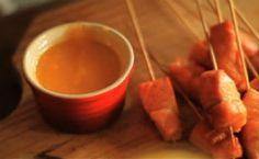 Receita de espetinhos de salmão ao molho de bergamota e clericot cítrico.