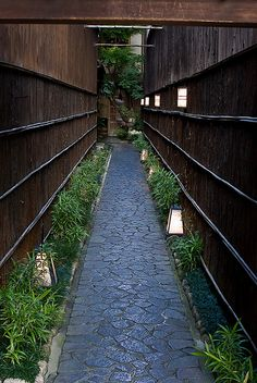 Back alley in Kyoto, Japan  http://www.japanesegardens.jp/gardens/famous/kyoto.php