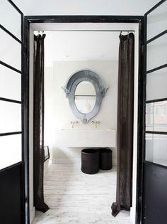 Salle de bain avec miroir oeil de boeuf  desire to inspire - desiretoinspire.net - AnoukB