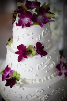 #wedding cake with #purple flowers