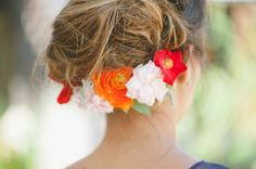 festive orange and red flowers for the hair // photo by Delbarr Moradi