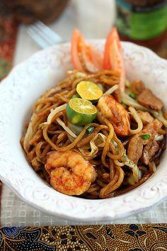 Mie Goreng (Indonesian Fried Noodles) | Easy Recipes at RasaMalaysia.com
