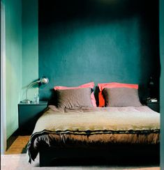 Nice color combo. I love how the coral red pops with the dark colored wall. // Verzadigde kleuren | vtwonen