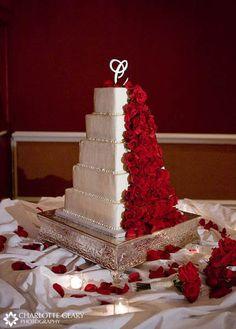 Square wedding cake with red roses #redweddings #redcoloredweddings #weddingcakes