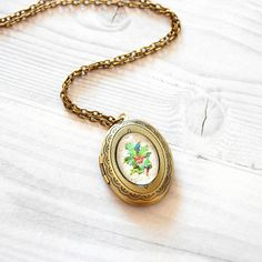 Amazing mistletoe locket, perfect gift for someone special! $19.00 #cydconverse