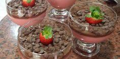 Mousse de morango com cobertura de chocolate