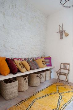 wicker baskets, cottag, pillow, rug, bench