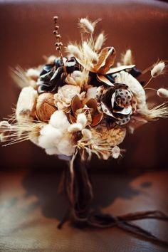 feathers and paper bouquet - Milou+Olin Photography #fallweddingideas