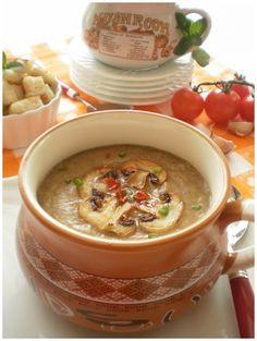 Ingrediente 400 gr ciuperci brune un morcov 2 cepe o buc telina 2 cartofi 1 l supa de legume(sau apa) 50 gr unt(margarina daca o pregatiti in post) 2 lg ulei de masline crutoane de paine sare piper un praf de usturoi Mod de preparare Ceapa tocata marunt se pune la calit in unt apoi