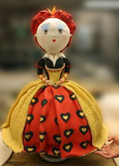 queen3w by Paola Levy Cakes. The Queen of Hearts styled from the Alice in Wonderland 3D movie.