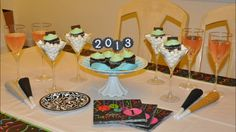 Will you have a #NYE dessert table at your party tonight? Ring in the new year with a sweet tooth!