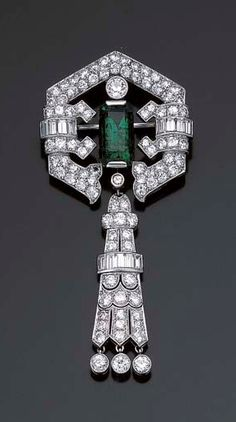 ART DECO EMERALD, DIAMOND AND PLATINUM BROOCH 1930.