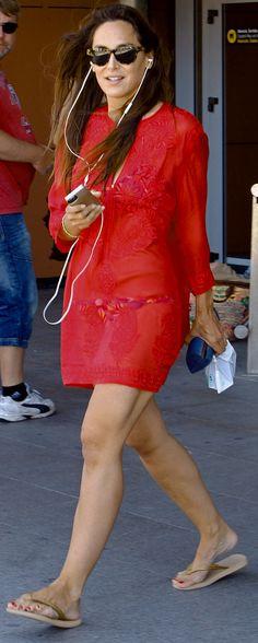 Tamara en bonito vestido de playa color rojo, cubriendo el bikini
