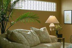 """Sua casa precisa de luminosidade? Use  blocos de vidro como """"falsas janelas"""" e tenha luz natural durante o dia. A ideia ainda dá um toque especial e cheio de estilo no espaço."""
