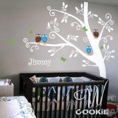 Baby slaapkamer jongen met grijstinten en geschilderde boom op muur ...
