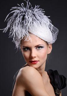 Белая шляпа коктейль свадьбы с отделкой перо и вуаль.  Couture шляпу для свадеб, рас, особых случаев.  через Etsy