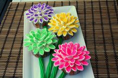 Marshmallow flower cupcakes. So easy. Cut mini marshmallows in half, crystal sugar will stick, place on cupcake.