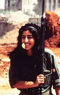 10-historys-most-fascinating-photos-008 ---- A female Lebanese fighter, 1982.