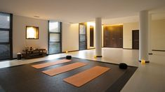 yogamedit room, window curtains, wall lamps, yoga studios, white walls, yoga meditation, meditation rooms, medit space, room design