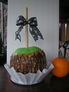How stinkin cute is this no carve pumpkin decorating idea? Caramel Apple