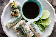 The sesame seeds and mung bean sprouts add texture while the tamari and lime juice dressing add zing to these tempeh rice paper rolls.