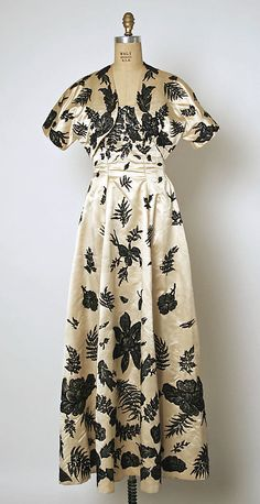 Gosh Met. I am disappointed tonight! No detail of the embroidery on this dress by Balenciaga....But if you look at the zoom-in you can see for yourself how lovely this is!!