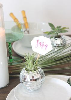 This DIY mini disco ball place cards tutorial from @beautifulpaper is too cute!