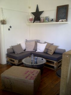 DIY: Cosy corner made out of #pallets - http://dunway.info/pallets/index.html