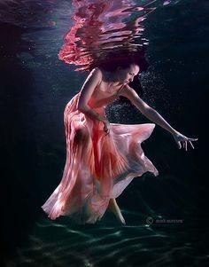 Creative Photography – People under Water | Cruzine