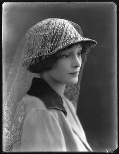 Hat - Lady Ursula Helen Abbey, 1920 (Alexander Bassano)