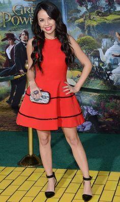 """A Mona, de """"PLL"""", foi à première de """"Oz: Mágico e Poderoso"""" com vestido vermelho de estilo ladylike, clutch de renda e sapato de bico fino. Feminina!"""
