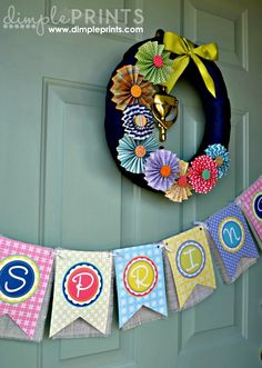Spring banner and pinwheel wreath #DIY #craft #paper #springbanners #springwreath