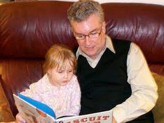 Padre e hija leyendo en familia, famili read