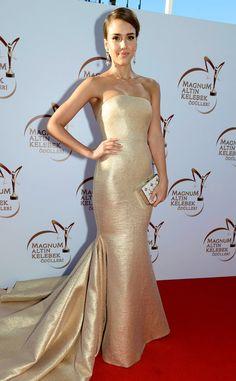 Jessica Alba is a golden goddess in this Romona Keveza stunner!