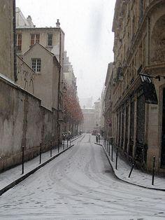 Paris in Winter: Snowing in le Marais