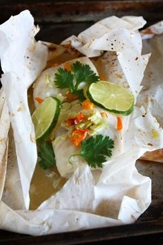 Steamed Fish with Lime, Garlic, and Chilies (Pla Nueng Ma-Nao ปลานึ่งมะนาว) En Papillote