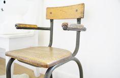 Petite chaise de maternelle des années 50 leshappyvintage.fr