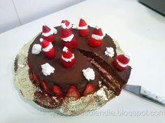 Tarta de chocolate y fresa (receta casera paso a paso) http://golosolandia.blogspot.com.es/2013/04/Tarta-de-chocolate-y-fresas-receta-casera-paso-a-paso.html
