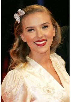 Someone told me today that i look like Scarlet Johanson... not so sure.