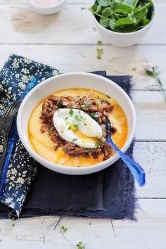 Polenta con parmesano y salteado de setas con huevos poché
