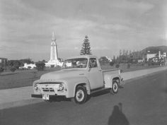 Vista del Monumento del Divino Salvador del Mundo. Carro Mercury placa de 1953, San Salvador. Decada de los años 50.  Foto descargada del Fan Page en Facebook EL SALVADOR DE AYER (https://www.facebook.com/pages/EL-SALVADOR-DE-AYER-Y-HOY/197737380255887)