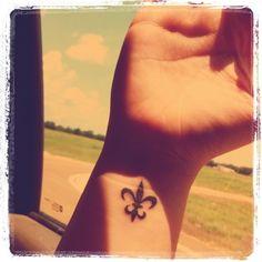 wrist tattoo, tattoo flor de lis, lis tattoo, lis wrist