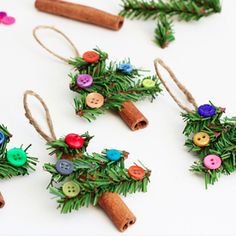 Eso se ve súper linde y además, aromático! (con palitos de canela y ramitas de pino) Super fun and kid-friendly. Cinnamon Stick Tree Ornaments.
