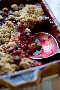 Mixed berry almond crunch crumble. Photo: Andrew Scrivani for The New York Times