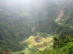 Enorme cráter del volcán de San Salvador.  Foto descargada del Fan Page en Facebook: EL SALVADOR DE AYER Y HOY (https://www.facebook.com/pages/EL-SALVADOR-DE-AYER-Y-HOY/197737380255887?sk=wall)