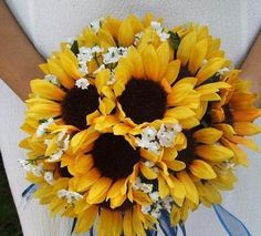 Unique use of sunflowers in a bridal bouquet. Perfect for an autumn or summer wedding. (um....or a winter wedding! : )